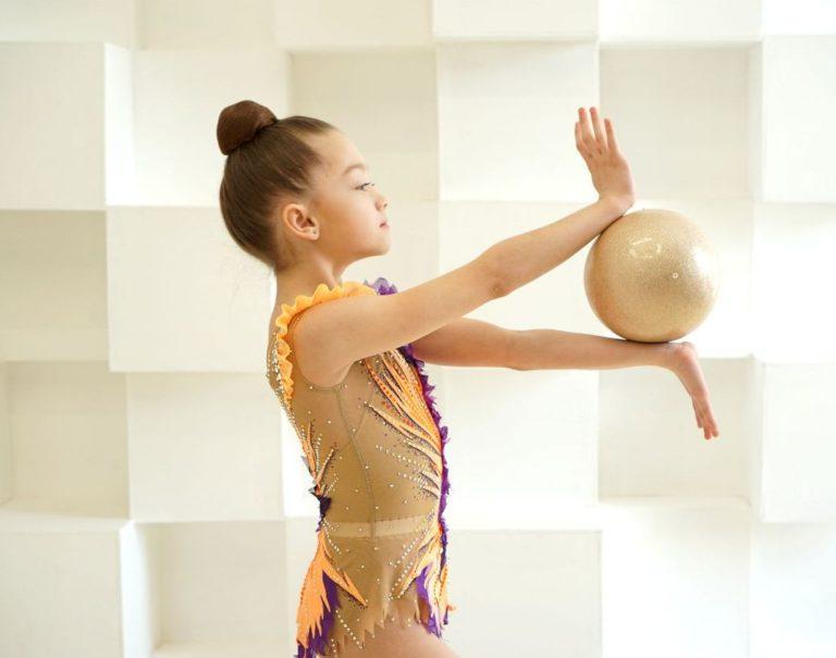 гимнастка с мячом